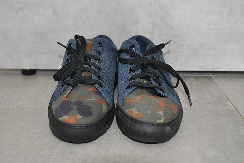 Sneaker, zwarte zool, camouflage + jeans