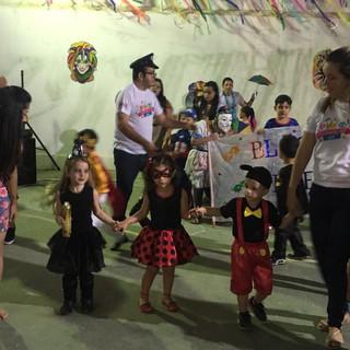 Teve muito frevo durante o Baile de Carnaval do IAE 2018. A folia foi realizada na quadra da escola e contou com orquestra, desfile de fantasias e apresentações culturais. Foi uma noite inesquecível e cheia de alegria.
