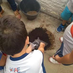 Preocupado com o meio ambiente e a vida na Terra, o IAE comemorou a Semana Mundial da Água com atividades em prol da conscientização de estudantes e de famílias. Videoaulas, debate, construção de hortas, confecção de cartazes e apresentações para os pais foram algumas das ações.