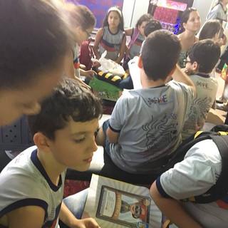 """Alunos do 3º, 4º e 5º anos do IAE comemoraram o Dia do Estudante na Feira Nacional do Livro do Agreste (Fenagreste), em Caruaru. Lá, eles ficaram fascinados pelas atrações, livros e histórias em quadrinhos.  Já o 6º ano festejou a data com uma gincana repleta de atividades divertidas. Esta também foi a opção de outras turmas da nossa escola. Arrecadação de donativos e as corridas do saco e do ovo na colher foram algumas das brincadeiras do evento. E quem venceu foi a turma do 9º ano (Ensino Fundamental II).  E o Dia do Estudante do 1º e do 2º ano do Ensino Fundamental foi com confraternização. As turmas visitaram o Sítio São João, nas proximidades de Toritama. E a criançada da Educação Infantil comemorou com uma divertida """"bicicletada""""."""