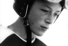 image noire et blanc d'un jeune skieur portant un casque. Il regarde vers le bas