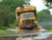 Image d'un camion embourbé dans une rivière