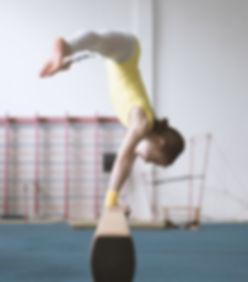 Practicante de la muchacha de la gimnasi