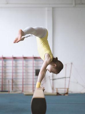 Pratica della ragazza di ginnastica