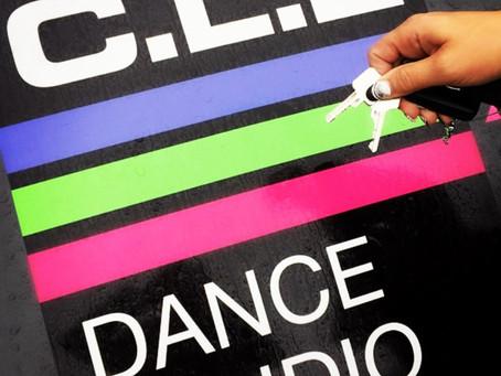 WE'VE GOT THE KEY!!! Wij zijn nu trotse eigenaar van onze eigen dansstudio!