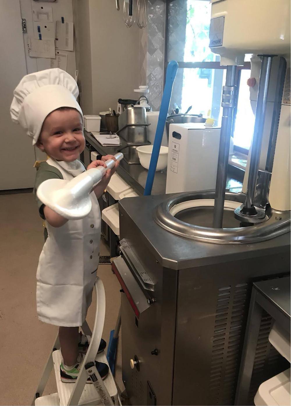 kind maakt ijs op ambachtelijke wijze met ijsbok van carpigiani