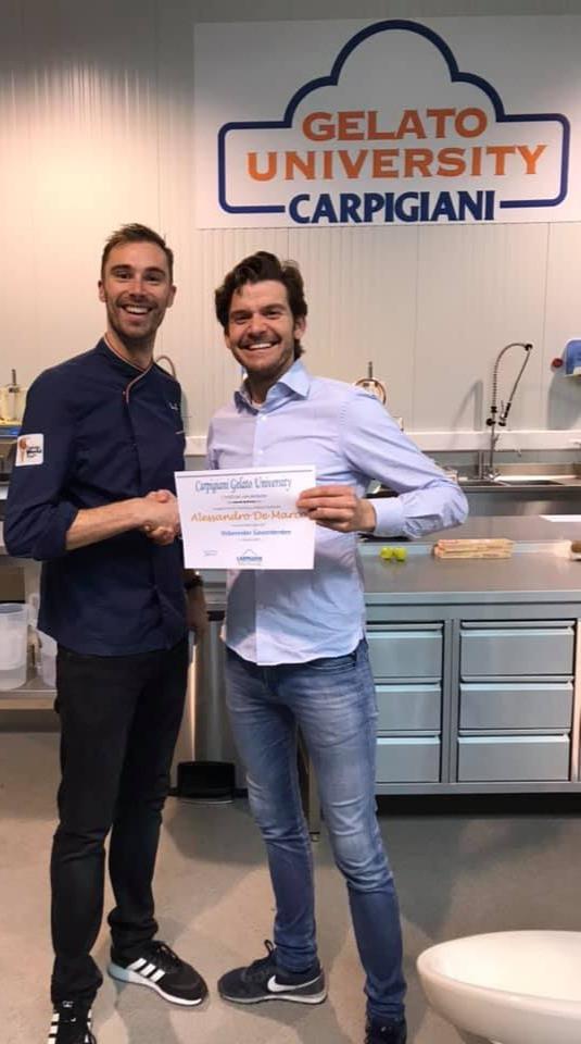 man haalt certificaat voor ijs maker bij universiteit carpigiani in italie