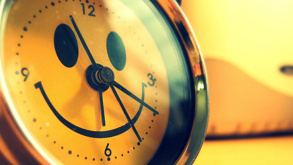alarm_clock_smile_funny_creative_design_7327_1920x1080