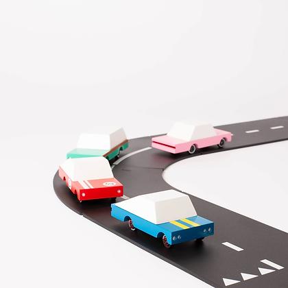 Mini voiture en bois peint