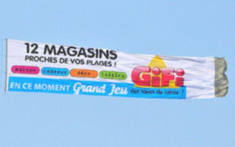 Exemple de panneau utilisé pour la publicité aérienne.