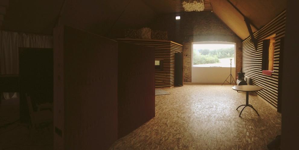 Salle d'enregistrement vue depuis la porte d'entrée