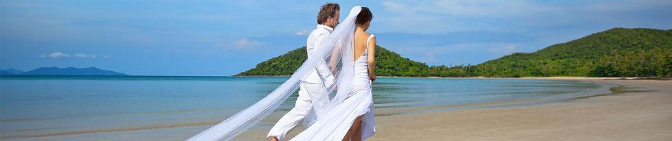 Menyasszony és vőlegény tengerparti esküvőn