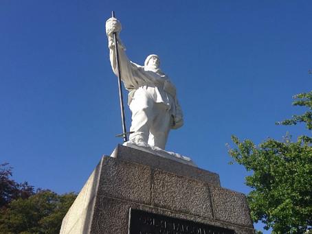 悲劇の南極探検家スコットの石像