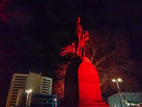 大聖堂広場に立つクライストチャーチ創設者の銅像