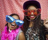 兩個女人戴著超大眼鏡