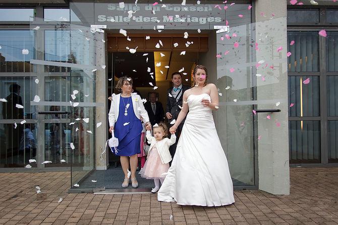 Mariage Emmanuelle et Baptiste, Loire atlantique, Stéphane GUIBERT photographe Angers, la sortie de la mairie
