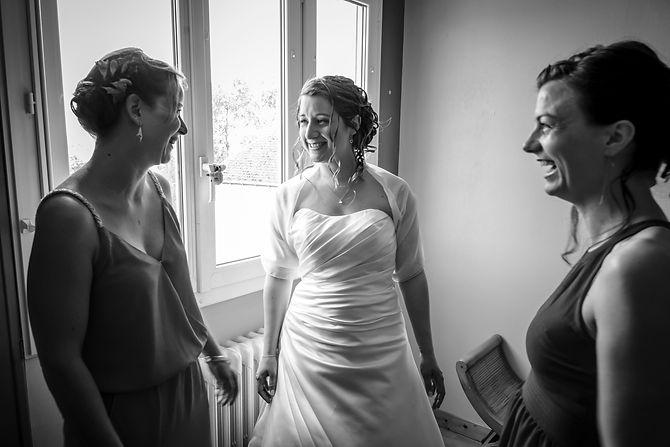 Mariage Emmanuelle et Baptiste, Loire atlantique, Stéphane GUIBERT photographe Angers, préparation de la mariée, noir et blanc, la mariée avec ses témoins.