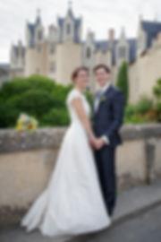 Mariage de Lucile et Fabien, Montreuil Bellay, Stéphane Guibert photographie Angers, photo de couple devant l'église, l'alliance