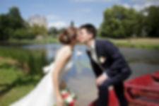 Mariage de Pauline et Colas Brissac, Stéphane Guibert photographe mariage Angers , Photos de couple, le baiser au bord de l'eau.