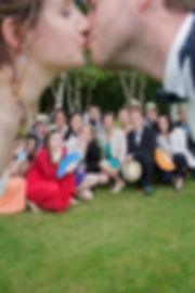 Mariage Emmanuelle et Baptiste, Loire atlantique, Stéphane GUIBERT photographe Angers, photo de groupe, le baiser