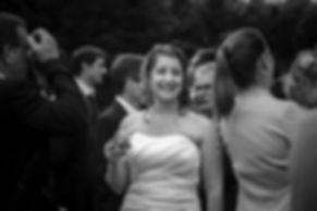 Mariage Emmanuelle et Baptiste, Loire atlantique, Stéphane GUIBERT photographe Angers, la mariée au vin d'honneur en NB