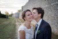 Mariage de Lucile et Fabien, Montreuil Bellay, Stéphane Guibert photographie Angers, le baiser au pied des ramparts