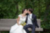Mariage de Lucile et Fabien, Montreuil Bellay, Stéphane Guibert photographie Angers, photode couple, le baiser des mariés sur un banc