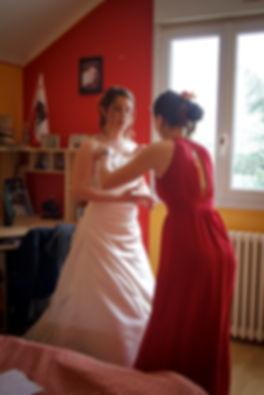 Mariage Emmanuelle et Baptiste, Loire atlantique, Stéphane GUIBERT photographe Angers, préparation de la mariée, les ajustement de la robe