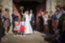 Mariage de Pauline et Colas Brissac, Stéphane Guibert photographe mariage Angers , Photos de couple, église, la sortie de l'église.