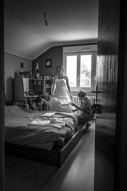 Mariage Emmanuelle et Baptiste, Loire atlantique, Stéphane GUIBERT photographe Angers, préparation de la mariée, noir et blanc