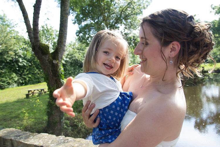 Mariage Emmanuelle et Baptiste, Loire atlantique, Stéphane GUIBERT photographe Angers, dans les bras de maman