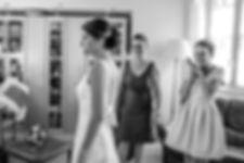 Mariage de Pauline et Colas Brissac, Stéphane Guibert photographe mariage Angers , Préparatif mariée avec la soeur et la maman en noir et blanc