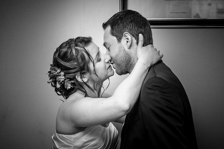 Mariage Emmanuelle et Baptiste, Loire atlantique, Stéphane GUIBERT photographe Angers, le baiser en noir et blanc