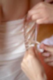 Mariage Emmanuelle et Baptiste, Loire atlantique, Stéphane GUIBERT photographe Angers, préparation de la mariée, laçage de la robe