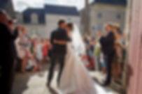 Mariage de Pauline et Colas Brissac, Stéphane Guibert photographe mariage Angers , Photos de couple à l'église, le baiser face à la foule.