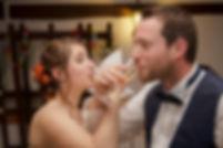 Mariage Emmanuelle et Baptiste, Loire atlantique, Stéphane GUIBERT photographe Angers, les mariées boivent du champagne
