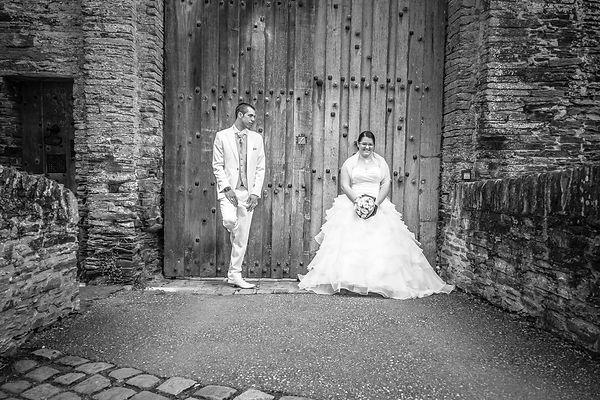 photographe mariage Adeline et Thomas  Angers stéphane Guibert - photos de couple devant la porte du château