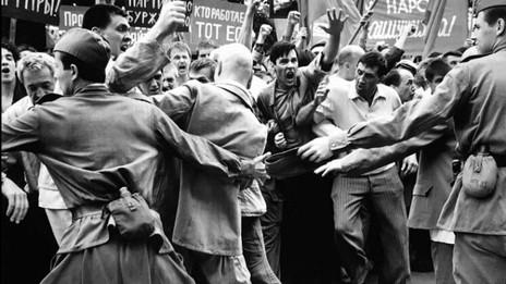 Contemplação do caos externo e interno de um massacre que  apagou as vítimas da história