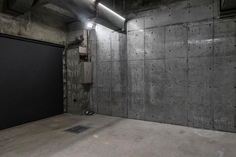 F コンクリート壁・黒壁