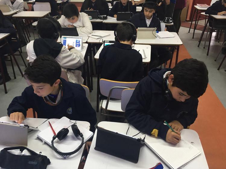 Jugando con Umáximo en aula. Colegio Villa Acero, Hualpén.