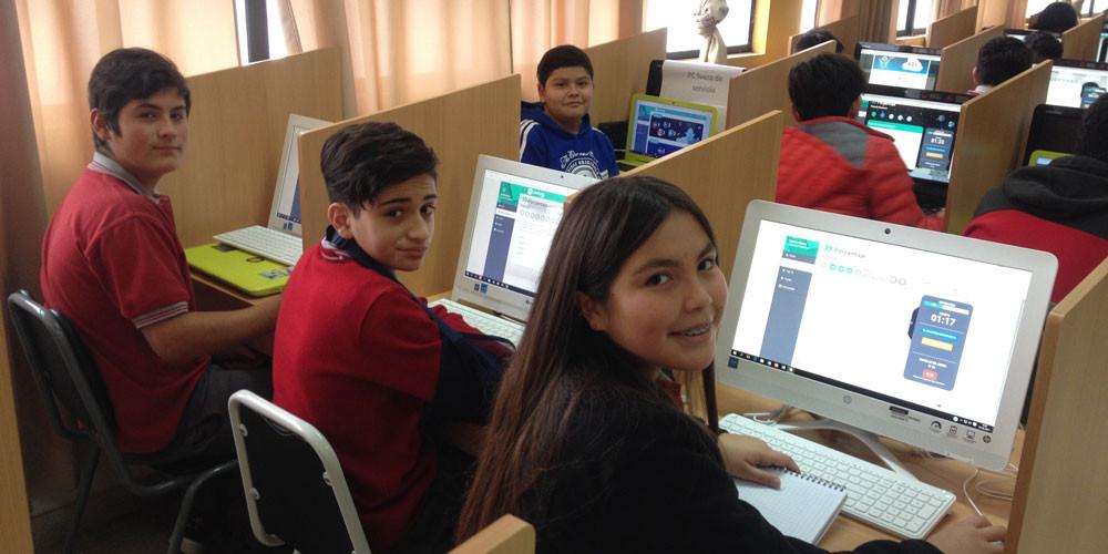 Estudiantes jugando con Umáximo. Escuela José Francisco Pino Medina, Coelemu