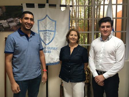 Fabian de Umáximo con parte del equipo pedagógico del Colegio Brader, Ciudad de Panamá.