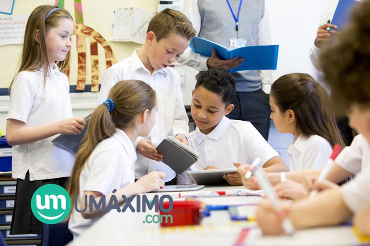 Alumnos jugando Umáximo con tablets