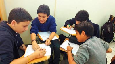 Alumnos estudiando en grupo