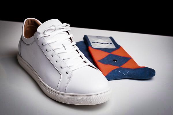 Sneaker in Leder + Socken
