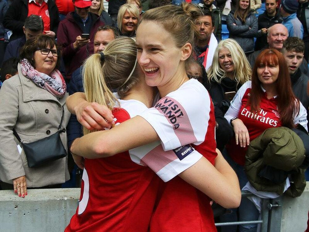 Arsenal players Vivianne Miedema and Jordan Nobbs hug