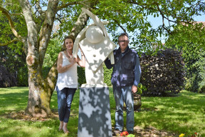 michel et moi devant sculpture de bienve