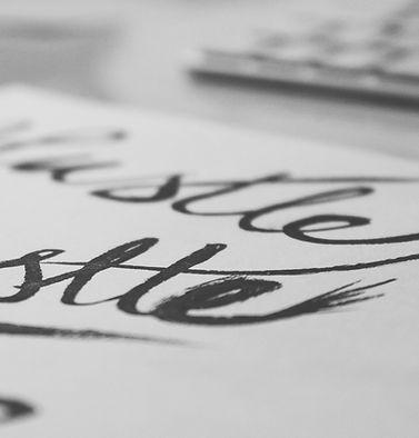 Pluma de caligrafía mano letras prisa
