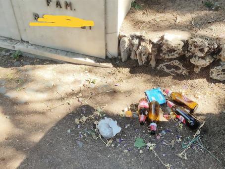 Bottiglie di birra e sporcizia al cimitero di Tivoli