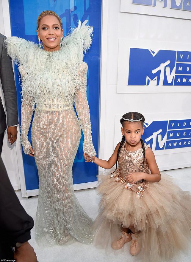 RED CARPET FASHION: MTV Video Music Awards